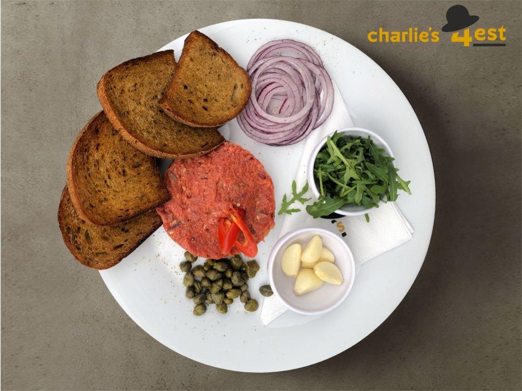 Tatarák z vyzrálého hovězího masa se všemi ingrediencemi s kapary, feferonkou, červenou cibulí, rukolou a česnekovými topinkami 1