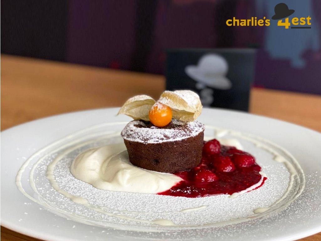 Dezert - Čokoládový dortík s malinovou omáčkou a zakysanou smetanou