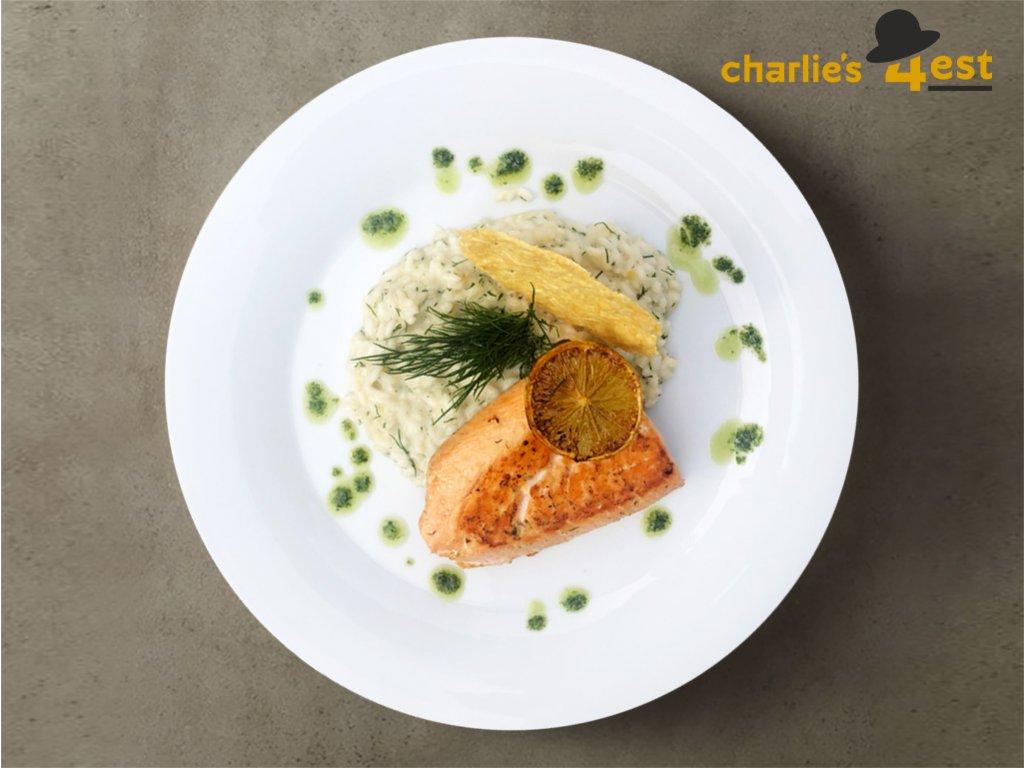 Filet z lososa na krémovém risottu z čerstvého kopru s pečeným citronem, rukolou a parmazánovým chipsem 1