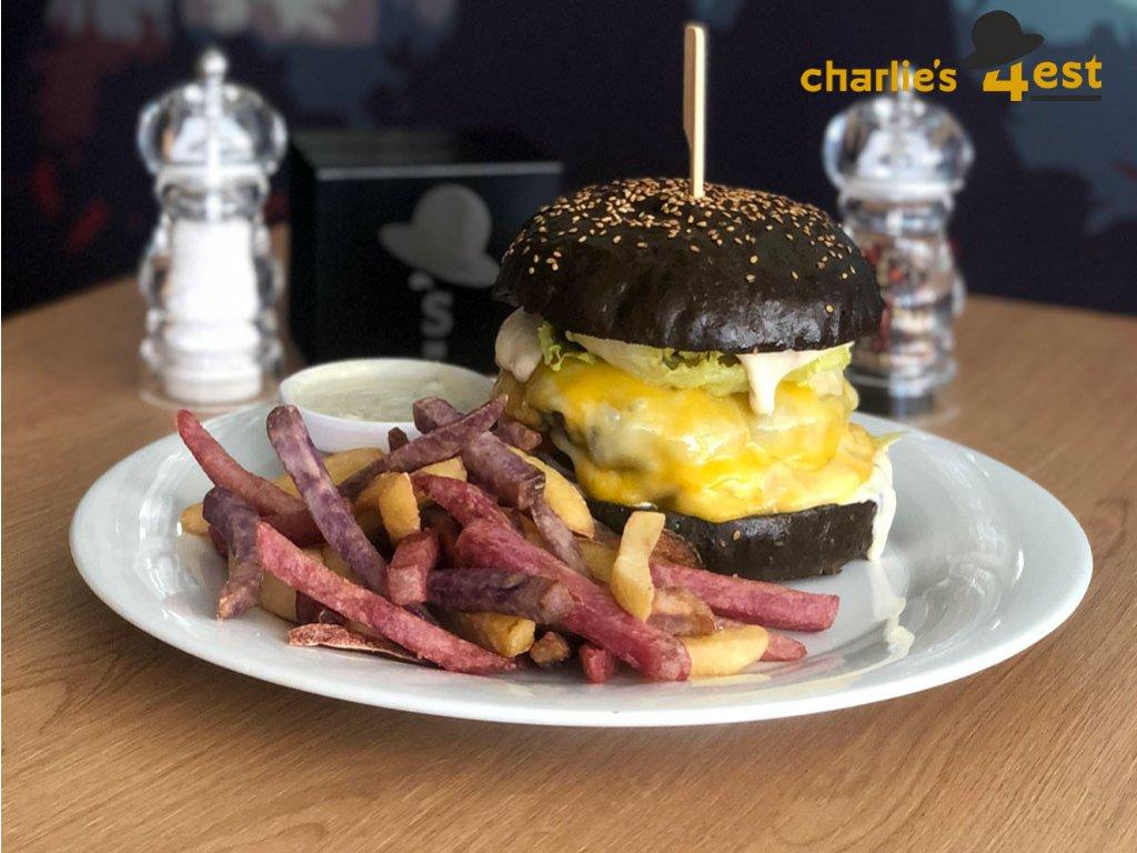 Cheeseburger s Ementálem a Cheddarem s ledovým salátem, rajčetem, majonézou, jihoamerickými hranolkami a Blue Cheese omáčkou 2