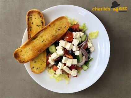 Salát s grilovaným hermelínem z čerstvé zeleniny s červenou řepou a keříkovými rajčaty 1