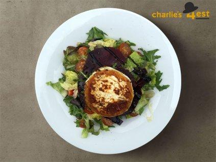 Salát s grilovaným kozím sýrem z listových salátů s cherry rajčátky, červenou řepou, dochucený Vinaigrettem a krémovým balsamicem 1