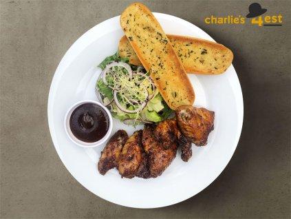 Charlie's Wings na salátku z trhaných listů s blue cheese omáčkou a rozpečenou bagetkou