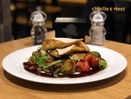 Grilovaný kuřecí steak v úpravě Sous vide skukuřicí na medu a chilli, praženou anglickou slaninou, bylinkovým dipem a opékaným bramborem 1